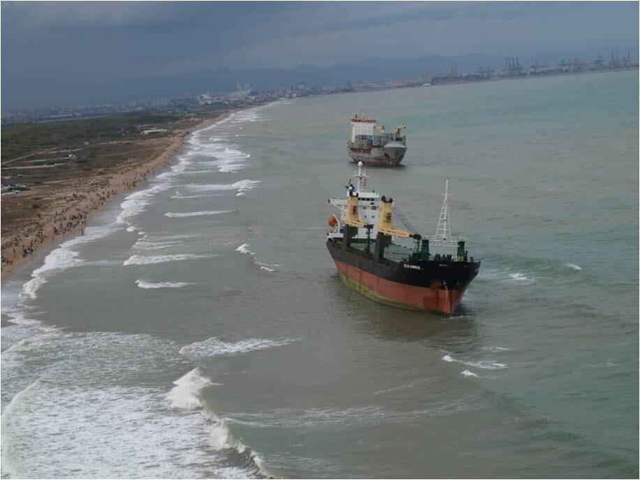Vista aérea de los mercantes a escasos metros de la playa de El Saler/salvamento marítimo