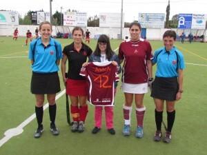Anna con la camiseta y las jugadoras de ambos clubes