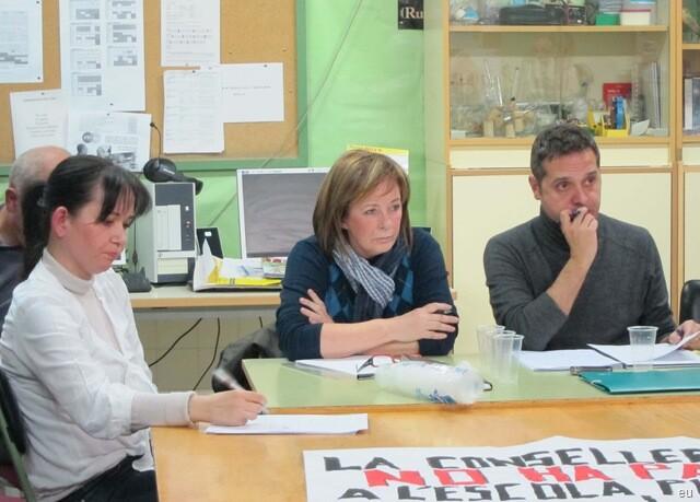 Amadeu Sanchis con Marga Sanz, coordinadora de EU del Pais València, y la edil Rosa Albert, en una reunión vecinal/eu
