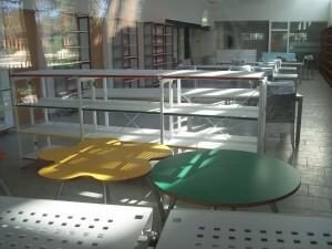 La biblioteca con el mobiliario/gms