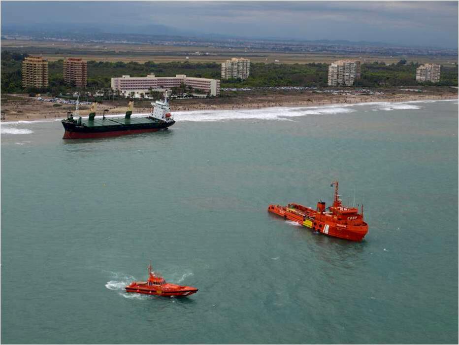 Dos remolcadores en uno de los intentos para remolcar al Sunrise que ya está atracado en puerto después de un mes varado en El Saler/salvamento marítimo