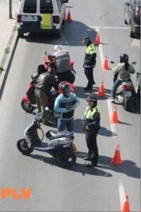 Control de motos de la Policía Local en una calle de la ciudad de Valencia/plv