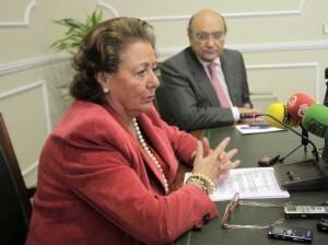 La alcaldesa, Rita Barberá, con el edil de Personal, Vicente Igual, en la comparecencia de primeras horas de ésta mañana/ayto vlc