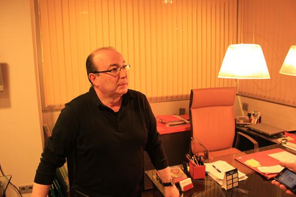 Don Carlos nos recibe en su despacho de Grupo90