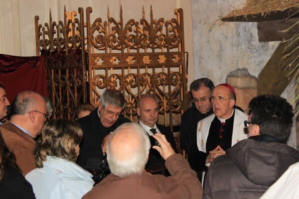 Carlos Osoro, junto al Belén que acaba de bendecir en la Catedral