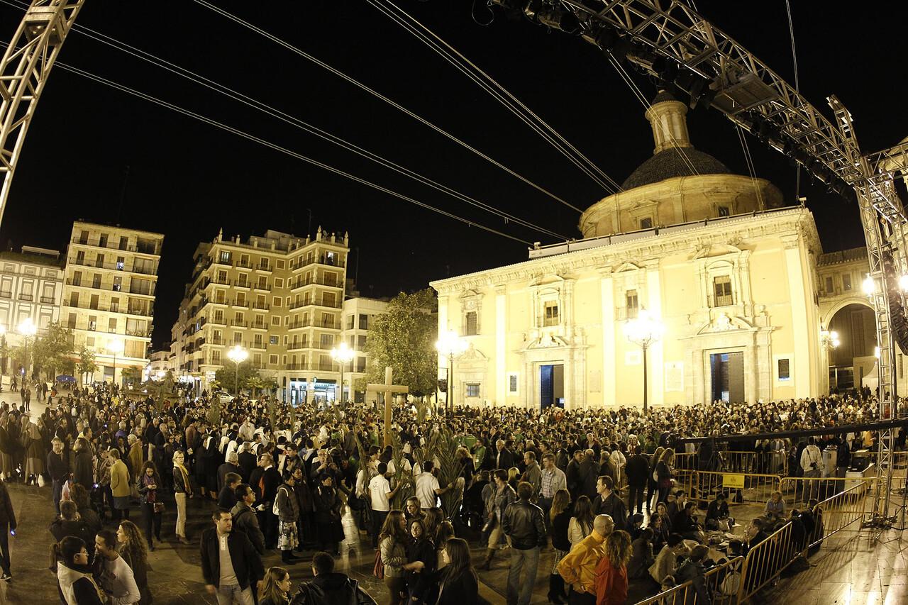 Los jóvenes llenaron la plaza de la Virgen para asistir al inicio del congreso y al concierto/alberto saiz