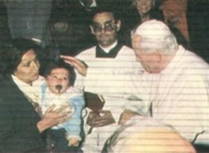 El Papa en Alzira junto al pequeño Eduardo Aguilar