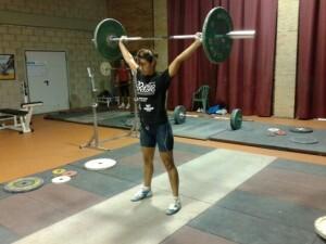 Karina Delgado realizando una prueba de levantamiento