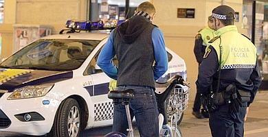 Un agente de la Policía Local multa a un ciclista/l.p.