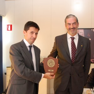 Pablo Landecho recibe de Paco Prado, presidente del Propeller, la metopa