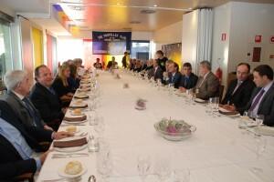 Mesa en donde sobre mesa y mantel Landecho explicó los objetivos del Consorcio y pidió unidad a los empresarios