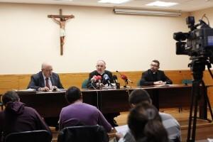 El arzobispo de Valencia, Carlos Osoro, con el responsable de Pastoral Juvenil, a la derecha, Oscar Benavent/alberto saiz