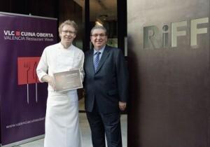 José Salinas, a la derecha, con el responsable del Restaurante El Riff/vlcciudad