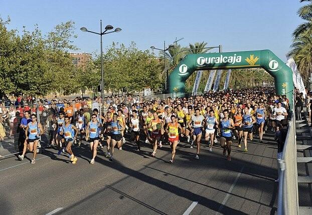 Un grupo de atletas participa en una de las carreras populares