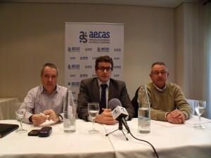 Los representantes sindicales y el presidente de Aecas, enmedio, en la rueda de prensa/aecas