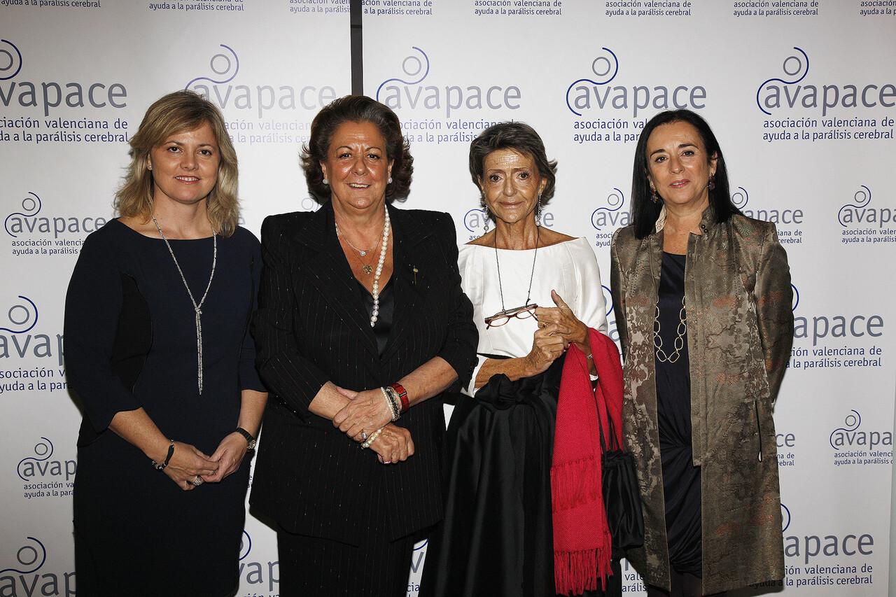 La alcaldesa con la presidenta de Avapace y otras directivas asistentes al acto del 40 aniversario/ayto vlc