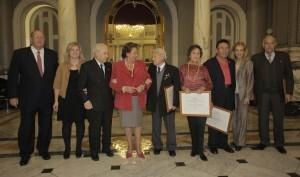 La alcaldesa con los mayores homenajeados y el Nostres Majors en el salón de cristal/ayto vlc-pepe sapena