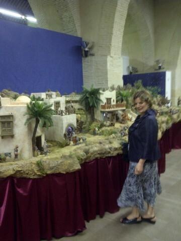 La presidenta del colectivo de belenistas delante del belén que mañana se inaugura en la exposición de las Atarazanas/vlcciudad