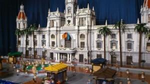 Fachada del Ayuntamiento de Valencia con el nacimiento y los puestos de flores/roberto gómez