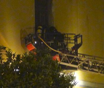 Los bomberos acceden al interior de Arena a través de uno de los balcones del primer piso