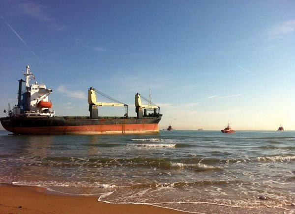 El BSL Sunrise varado en la playa mientras los remolcadores intentaban llevarlo mar adentro/salvamento marítimo