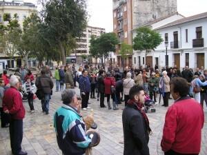 Un aspecto de la plaza de Patraix durante la cacerolada antes de empezar el recorrido por el barrio/vlcciudad