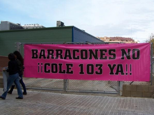 Una pancarta de protesta exigiendo la desaparición de los barracones/cercle obert