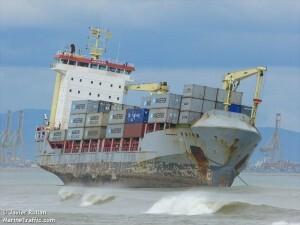 El mercante Celia quedó varado a pocos metros de la costa