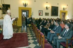 El arzobispo durante el oficio en la capilla del Cementerio General/manolo guallart