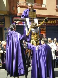 Varios cofrades escenifican una de las estaciones del Vía Crucis con la imagen de la Concordia