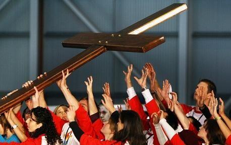 Un grupo de jóvenes porta la Cruz de la Juventud