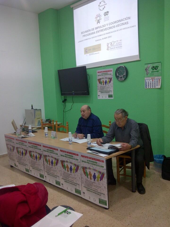 Juan Antonio Caballero, a la izquierda, en la jornada dedicada al programa Entrevecinos/cavecova