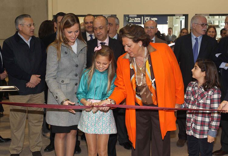 La alcaldesa inaugurando la pasada edición de Expojove con las Falleras Mayores/ciberfallas