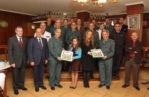 Las Falleras Mayores de Valencia con los mandos de la Guardia Civil en la visita a la Comandancia de Patraix/JCF Josep V. Zaragoza