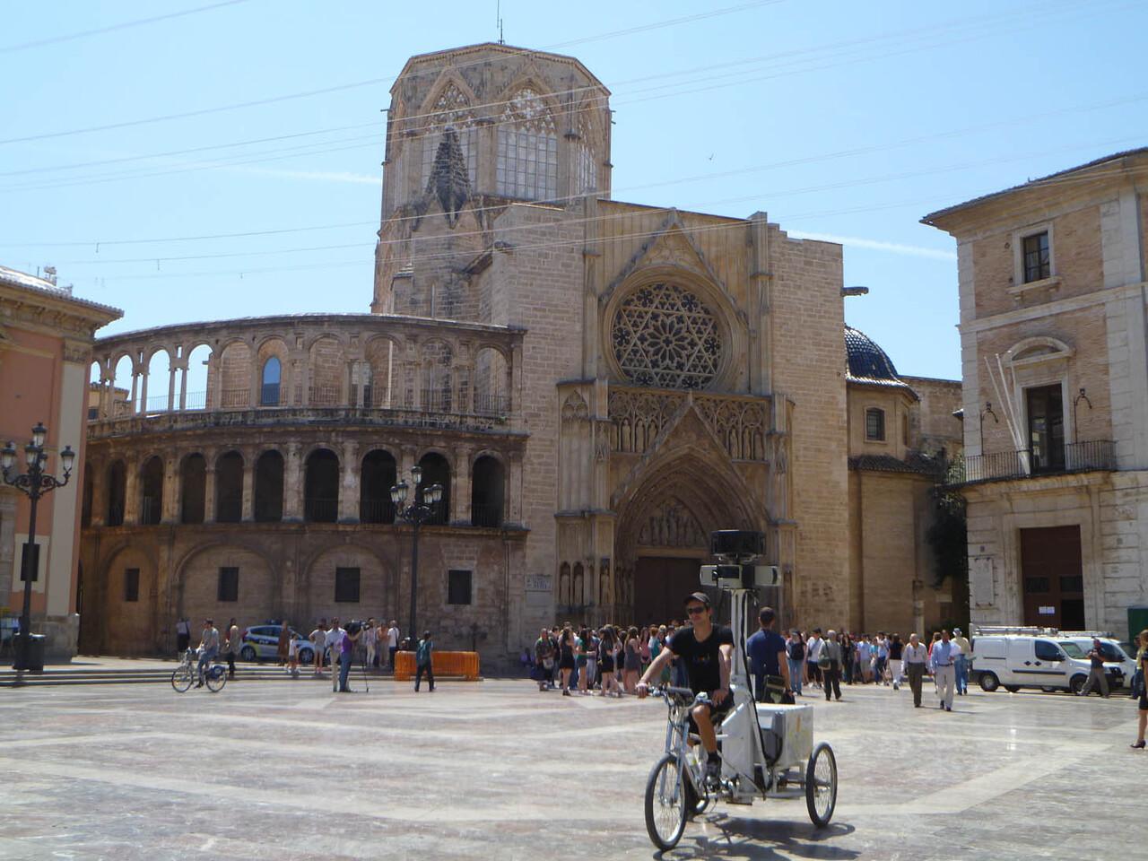 El ciclista que tomó las imágenes en la plaza de la Virgen/tvlc
