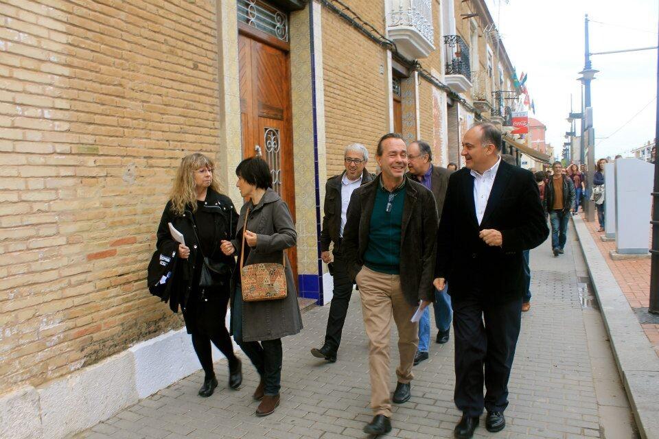 Joan Calabuig departe con el arquitecto Tato Herrero ésta mañana por el barrio del Cabanyal/gms