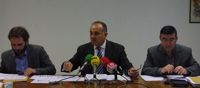 El portavoz socialista durante su comparecencia arropado por Broseta y Sánchez/gms