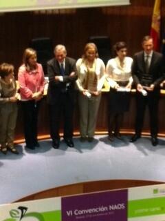 Los premiados Naos, entre los que figura el ayuntamiento, con los galardones/ayto sanidad