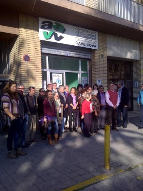 Los dirigentes vecinales en el minuto de silencio contra la violencia de género/cavecova