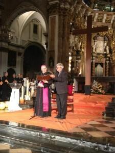 El arzobispo da la bienvenida a los jóvenes con la Cruz de los Jóvenes en el altar de la Catedral/cnpj2012