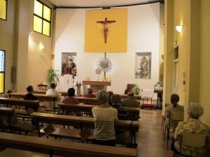Interior del parroquia de Santa Cecilia con la imagen de la santa a la izquierda/parroquiasantacecilia