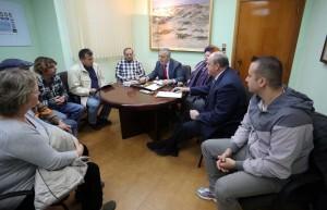 Los representantes vecinales de El Perellonet, la alcaldesa y el edil de Pedanías en la reunión de hoy/ayto vlc