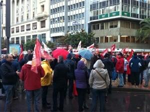 Un piquete sindical en la plaza del Ayuntamiento enfrente del edificio acristalado