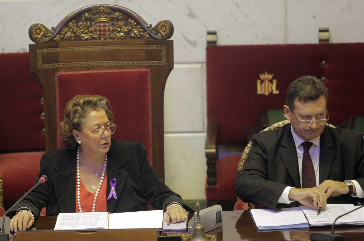 La alcaldesa y los ediles lucieron el lazo contra la violencia/ayto vlc