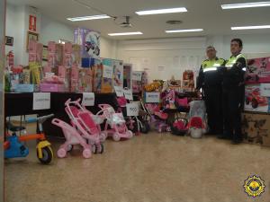 Los juguetes que se han recibido para entregar a los hijos de mujeres víctimas de violencia de género/policía local valencia