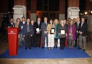 Vocales de la junta de Ruzafa y premiados en la foto de familia en el Mercado de Colón