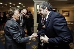 La alcaldesa saluda a uno de los embajadores antes del encuentro