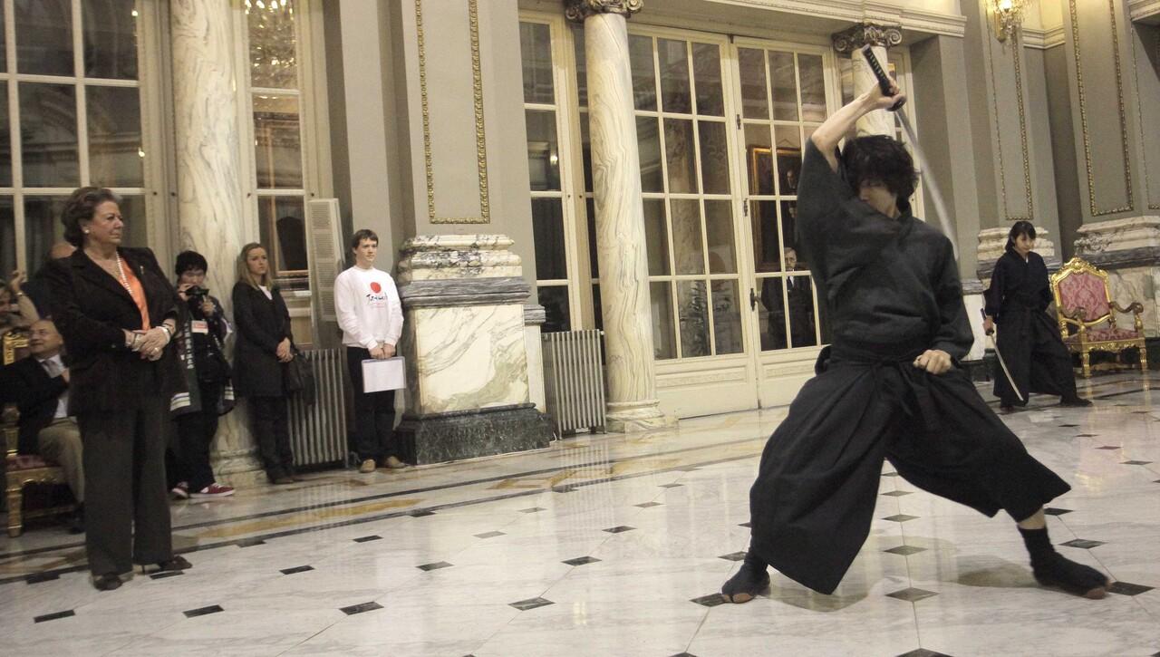 La alcaldesa contempla la exhibición de samurai del instructor de la película Kill Bill/ayto vlc