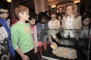 La concejala de Cultura conversa con un grupo de niños que ha acudido a la inauguración de la muestra/ayto vlc