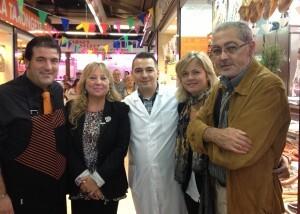 La concejala Puchalt con los vendedores del Mercado de Torrefiel, la edil Albert y el presidente de la AAVV de Torrefiel/ayto vlc